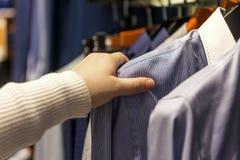 Fila dell'abbigliamento degli uomini in deposito Fotografia Stock