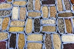 Fila dell'alimento di grano sano e miscela gentile differente del fondo stabilito del seme Immagini Stock