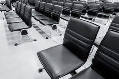 Fila dell'ufficio del banco della sedia nel rifugio fotografia stock