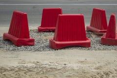 Fila della barriera rossa dei coni di traffico sulla strada nell'ambito di ricostruzione fotografia stock libera da diritti
