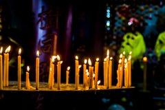 Fila della candela al tempio di buddismo fotografia stock