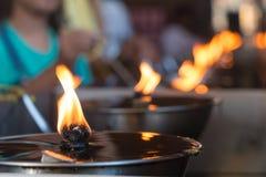 Fila della luce dell'olio nel tempio Immagine Stock
