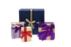 Fila della raccolta dei contenitori di regalo variopinti con gli archi, su bianco Immagini Stock Libere da Diritti