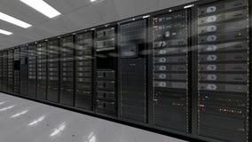 Fila della stanza di centro dati dei server di rete archivi video