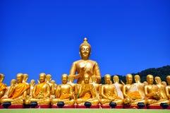 fila della statua di ฺBuddha immagini stock