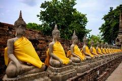 Fila della statua di Buddha nel chaimongkhon di Wat yai, provincia di Ayutthaya, Tailandia tempio pubblico Fotografie Stock