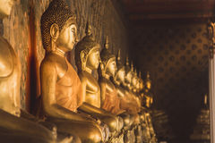 Fila della statua dorata di Buddha a Wat Arun, Bangkok Tailandia Landm Immagini Stock