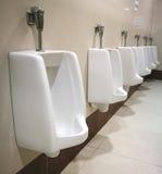 Fila della toilette pubblica degli uomini all'aperto degli orinali, orinali bianchi del primo piano i Immagine Stock Libera da Diritti