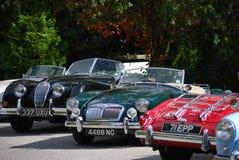 Fila delle automobili classiche brillanti, Inghilterra immagine stock