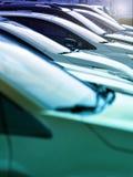 Fila delle automobili parcheggiate in una linea retrocedere immagine stock libera da diritti