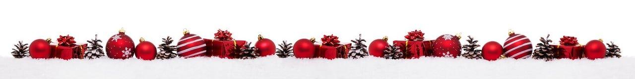 Fila delle bagattelle rosse di natale con i contenitori di regalo attuali di natale fotografie stock libere da diritti
