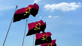 Fila delle bandiere d'ondeggiamento del cielo blu di agaist dell'Angola, ciclo senza cuciture archivi video