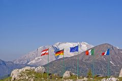 Fila delle bandiere sul passaggio di Falzarego Fotografia Stock Libera da Diritti