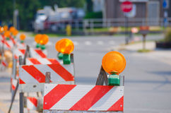 Fila delle barriere di traffico stradale con le luci gialle Fotografia Stock