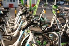 Fila delle biciclette elettriche Immagine Stock