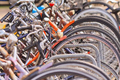 Fila delle biciclette parcheggiate, Amsterdam, Paesi Bassi Fotografia Stock Libera da Diritti
