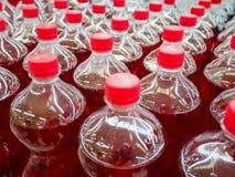 Fila delle bottiglie della bibita Fotografie Stock
