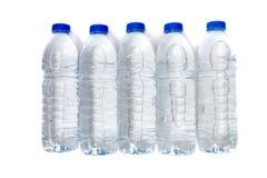 Fila delle bottiglie di acqua di plastica isolate su un fondo bianco Fotografia Stock