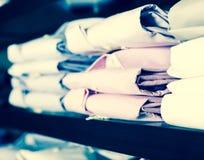 Fila delle camice sugli shelfs nel boutique degli uomini Immagine Stock Libera da Diritti