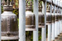 Fila delle campane tailandesi di stile Immagini Stock Libere da Diritti