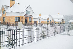 Fila delle case isolate dalla neve, case con il marciapiede sulla st vuota fotografia stock