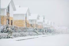 Fila delle case isolate dalla neve, case con il marciapiede sulla st vuota immagine stock