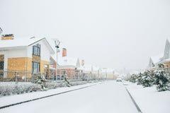 Fila delle case isolate dalla neve, case con il marciapiede sulla st vuota immagine stock libera da diritti