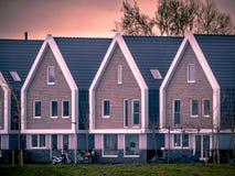 Fila delle case moderne ai colori dell'annata di tramonto Fotografia Stock