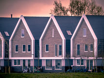 Fila delle case moderne ai colori dell'annata di tramonto Fotografie Stock Libere da Diritti