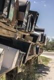 Fila delle cassette delle lettere lungo un bordo della strada nella campagna del deserto Immagini Stock Libere da Diritti