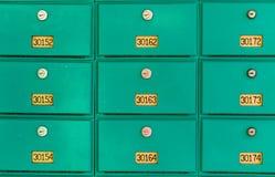 Fila delle cassette delle lettere verdi Fotografia Stock