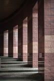 Fila delle colonne con luce solare nelle lacune e riflessa in brillante Fotografia Stock Libera da Diritti