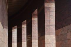 Fila delle colonne con luce solare nelle lacune e riflessa in brillante Immagini Stock