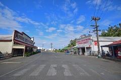 Fila delle costruzioni da entrambi i lati della via della spiaggia a Levuka, isola di Ovalau, Figi fotografia stock