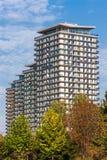 Fila delle costruzioni di appartamento colorate a mezzogiorno contro cielo blu immagini stock
