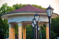 Fila delle lanterne e della Camera con le colonne Fotografie Stock