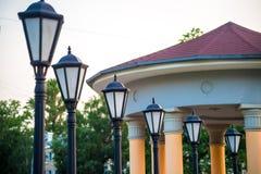 Fila delle lanterne e della Camera con le colonne Fotografia Stock