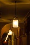 Fila delle lanterne illuminate in una galleria Fotografie Stock