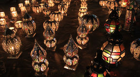 Fila delle luci marocchine colorate tradizionali della candela Immagine Stock