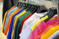 Fila delle magliette in deposito con spazio vuoto per testo Fotografia Stock