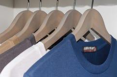 Fila delle magliette in guardaroba bianco Immagine Stock Libera da Diritti