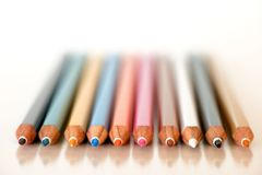 Fila delle matite variopinte su bianco Fotografia Stock Libera da Diritti