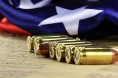 Fila delle pallottole con la bandiera americana Fotografia Stock Libera da Diritti