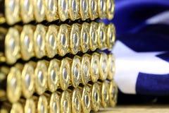 Fila delle pallottole con la bandiera americana Fotografie Stock Libere da Diritti