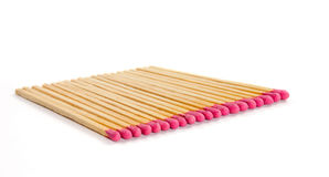 Fila delle partite con le teste di partita rosa su fondo bianco Fotografia Stock Libera da Diritti