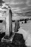Fila delle pietre tombali in un cimitero Fotografia Stock Libera da Diritti