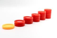 Fila delle pile di aumento della moneta su bianco Fotografia Stock