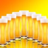 Fila delle pinte della birra Immagine Stock