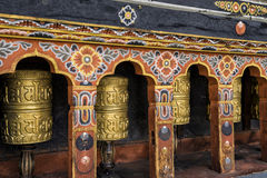 Fila delle ruote di preghiera a Tashichho Dzong, Thimphu, Bhutan Fotografia Stock Libera da Diritti