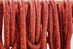 Fila delle salsiccie affumicate Fotografia Stock Libera da Diritti